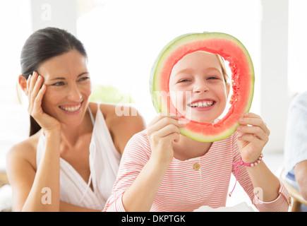 Madre e figlia giocare con il cibo Foto Stock