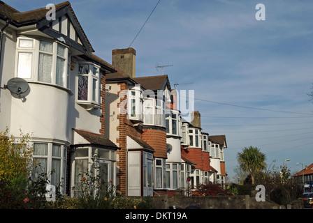 Fila di trenta case a schiera con finestre a bovindo a Twickenham, middlesex, Inghilterra Foto Stock