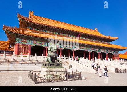 Maschio di leone di bronzo davanti alla porta della suprema armonia corte esterna alla Città Proibita di Pechino Repubblica popolare cinese Repubblica popolare cinese Asia Foto Stock