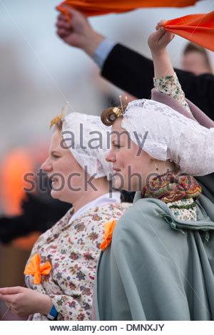 Paesi Bassi, Scheveningen. Bicentenario. Storico sbarco a Scheveningen Beach. I pescatori e le donne in costume Foto Stock