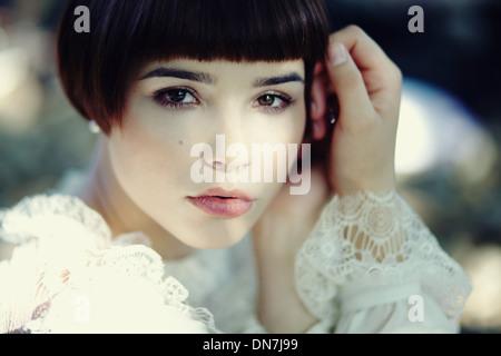 Ritratto di una giovane donna che guarda la fotocamera Foto Stock