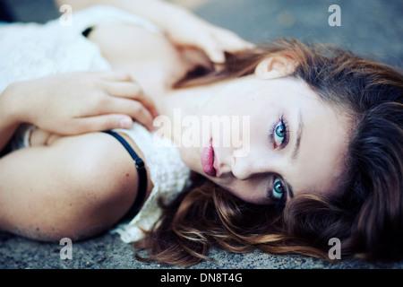 Ritratto di giovane donna che guarda la fotocamera
