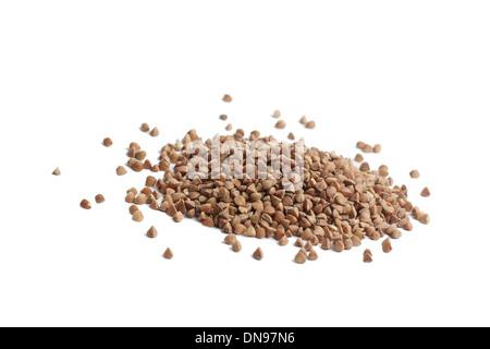 Manciata di grano saraceno su sfondo bianco Foto Stock