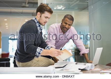 Imprenditori che lavorano insieme in ufficio Foto Stock