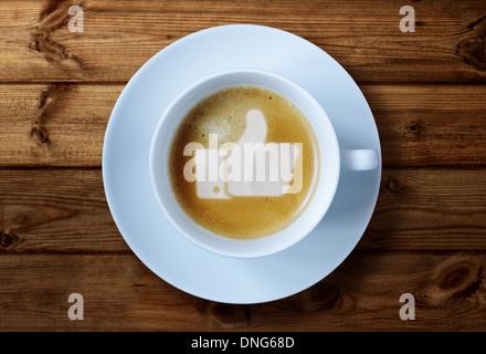 Pollice in alto segno nel caffè Foto Stock