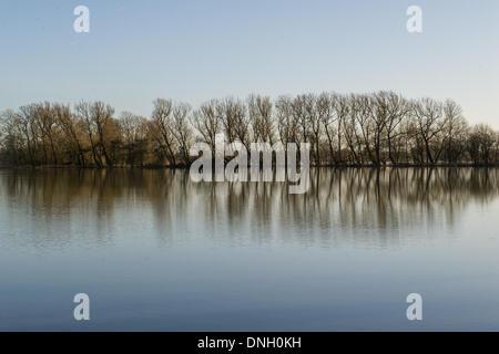 OXFORD, 29 dicembre 2013. Una zona al di fuori della città ha sperimentato le inondazioni, con molti campi sott'acqua. Foto Stock