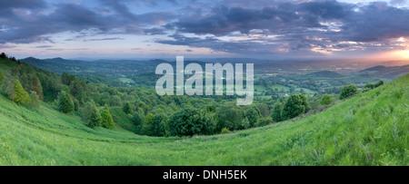 Un panorama ripreso al tramonto nella valle tra estate Hill e il Worcestershire Faro sulla Malvern Hills. Foto Stock