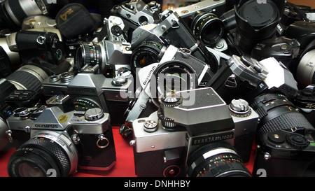 Una collezione di seconda mano le telecamere di pellicola per la vendita in un negozio fotografico finestra nel Foto Stock