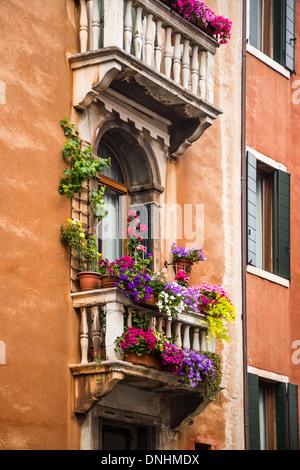 Basso angolo vista di un balcone di edilizia residenziale, Venezia, Veneto, Italia