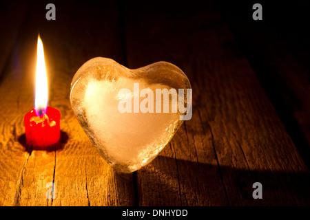 Cuore di ghiaccio e candela abstract San Valentino concetto nella notte Foto Stock