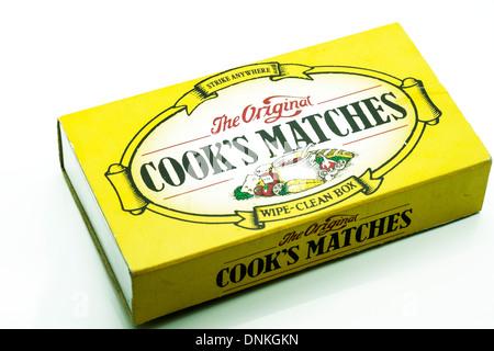 Scatola di fiammiferi originale del cuoco tagliati sfondo bianco spazio copia singola Foto Stock