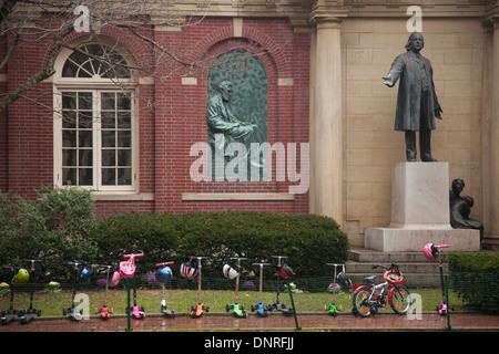 Fila di bambini scooter parcheggiato di fronte alla chiesa di Plymouth in Brooklyn NYC Foto Stock