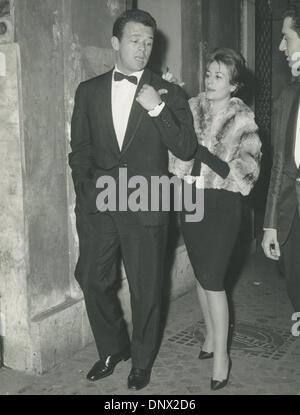 """Ottobre 06, 1962 - Roma, Italia - RENATO SALVATORI e sua moglie ANNIE GIRARDOT frequentare la premiere del film """"odoma e Gomorra"""". (Credito Immagine: © Keystone foto/ZUMAPRESS.com)"""