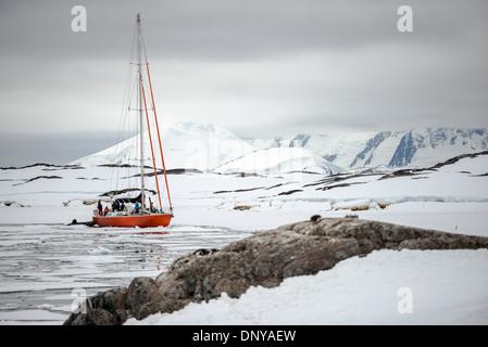 Antartide - una barca a vela si muove con cautela attraverso i fogli del mare di ghiaccio nei pressi di Galindez Foto Stock