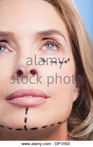 Close up ritratto di donna con linee tratteggiate sul viso Foto Stock