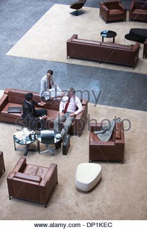 La gente di affari a parlare sul divano Foto Stock