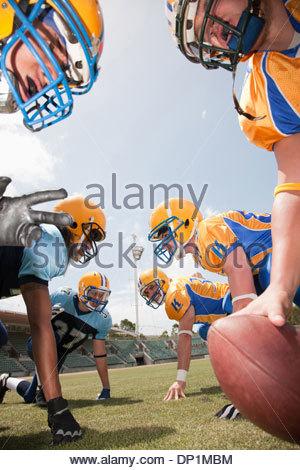 I giocatori di calcio si preparano a giocare il gioco del calcio Foto Stock