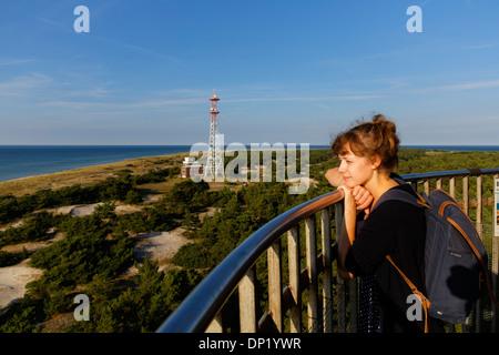 Giovane donna guardando fuori dal Leuchtturm Darßer Ort faro, Darß, Western Pomerania Area Laguna Parco Nazionale Foto Stock