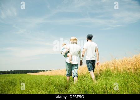 Famiglia a piedi dal settore agricolo, Mannheim, Baden-Württemberg, Germania