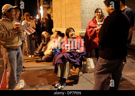 Nov 22, 2006; Encinitas, CA, Stati Uniti d'America; 5:45 a.m. I Mattinieri alzarsi e sedersi in linea a 5:45 del Foto Stock