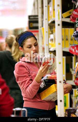 Nov 22, 2006; Encinitas, CA, Stati Uniti d'America; TANJA SCHROEDER, 23 anni di Encinitas, esamina Sudoku portatile Foto Stock