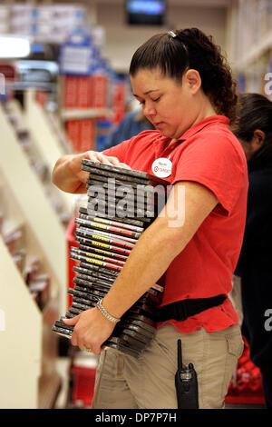 Nov 22, 2006; Encinitas, CA, Stati Uniti d'America; MAYUKO DIERICH, un dipendente del bersaglio Greatland store Foto Stock