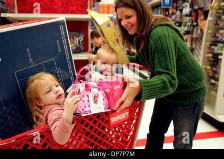 Nov 22, 2006; Encinitas, CA, Stati Uniti d'America; MOLLIE SOWARDS, sinistra, età 3, richiede uno sguardo più da Foto Stock