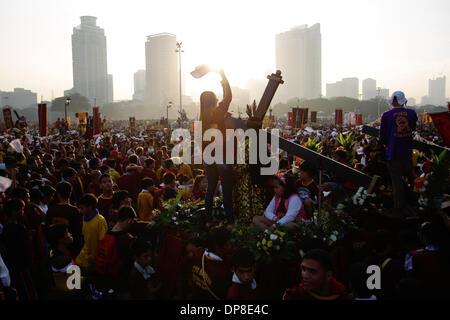 Manila, Filippine . 9 Gen, 2014. I devoti wave le loro bandiere in preparazione per la processione del Nazareno Foto Stock