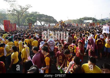 Manila, Filippine . 9 Gen, 2014. Devoti filippino tenta di avvicinarsi alla processione del Nazareno nero come ostenta Foto Stock