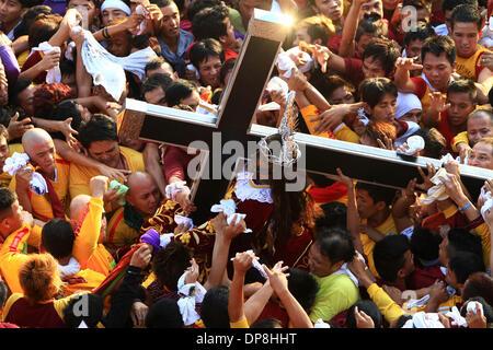 Manila, Filippine . 9 Gen, 2014. Devoti di provare a toccare la statua a grandezza naturale del Nazareno nero durante Foto Stock