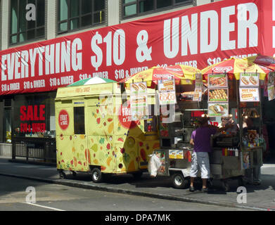 La città di New York, Stati Uniti d'America. 17 Ago, 2013. Uno snack stand raffigurato nella città di New York, Foto Stock
