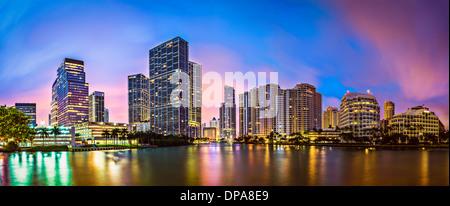 Skyline di Miami, Florida, Stati Uniti d'America a Brickell Key e il fiume Miami. Foto Stock