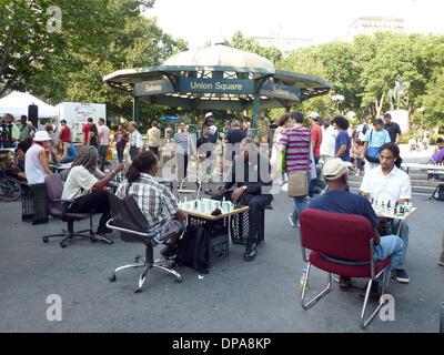 New York, Stati Uniti d'America. 17 Ago, 2013. I giocatori di scacchi sedersi presso la Union Square di New York, Foto Stock