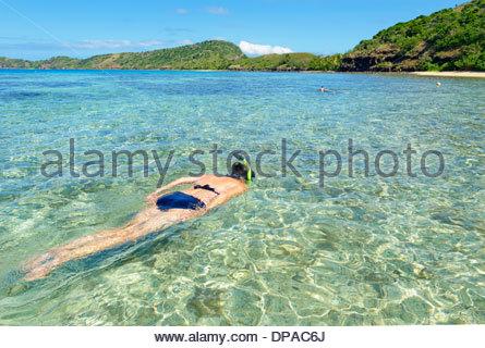 Donna snorkeling, Yasawa isola gruppo, Figi, a sud delle isole del Pacifico Foto Stock