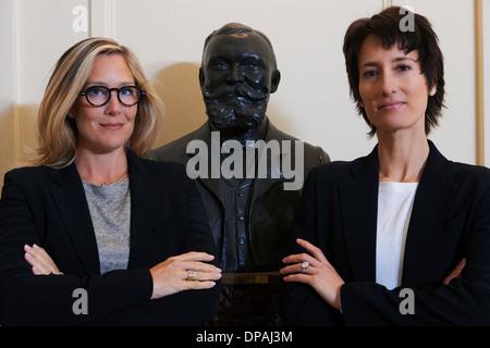 Ritratto di fiducia donne professionali accanto alla statua Foto Stock