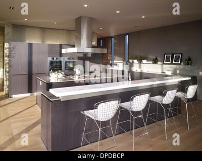 Sgabelli da bar per la prima colazione bar nella spaziosa cucina