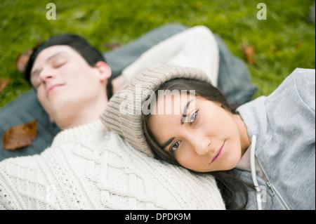 Ritratto di giovane donna in appoggio sulla testa di uomo al torace Foto Stock