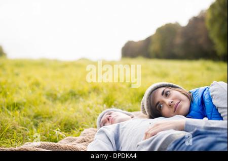 Giovane donna appoggiato la testa sull'uomo al torace in posizione di parcheggio Foto Stock