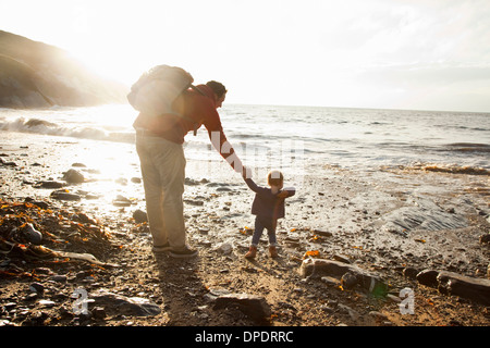 Padre e figlio godendo beach Foto Stock