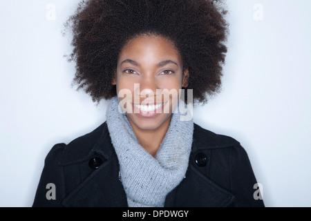 Studio Ritratto di giovane donna con afro Foto Stock