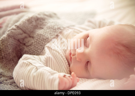 Di due mesi di età bambino addormentato nel presepe Foto Stock