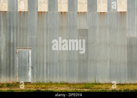 La porta e la parete ondulata pronto per la tua opera d'arte Foto Stock