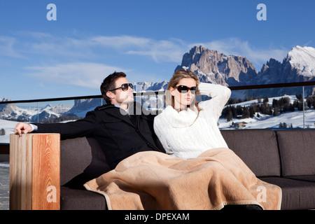 L uomo e la donna seduta su un divano all'aperto, Alpe di Siusi Alto Adige - Italia