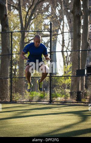L'uomo spot jumping nel contenitore Foto Stock