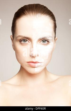Modello con polvere su di un lato di faccia Foto Stock