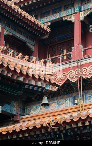 Dettagli del tetto in Yonghe Tempio noto anche come Yonghe Lamasery o semplicemente il Tempio dei Lama a Pechino Foto Stock