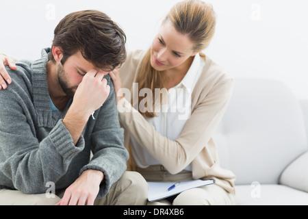 Uomo in riunione con un consulente finanziario Foto Stock