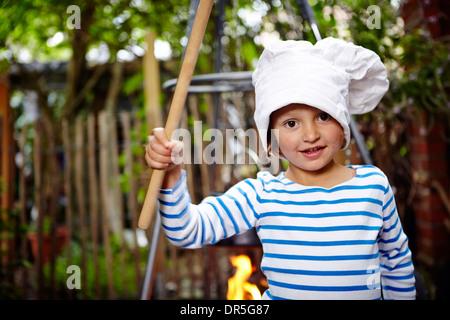 Bambina indossa Chef Hat Foto Stock