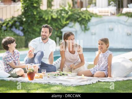 Famiglia godendo picnic in erba Foto Stock