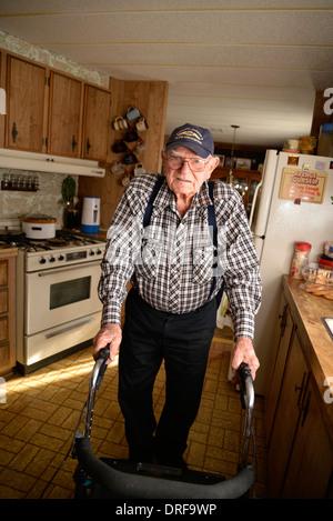 Un 93-anno-vecchio uomo nella sua casa.